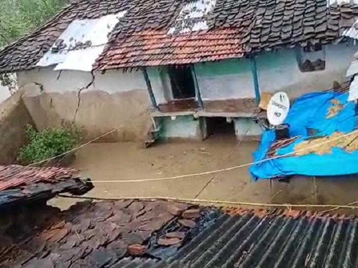 घर में घुसा बारिश का पानी।
