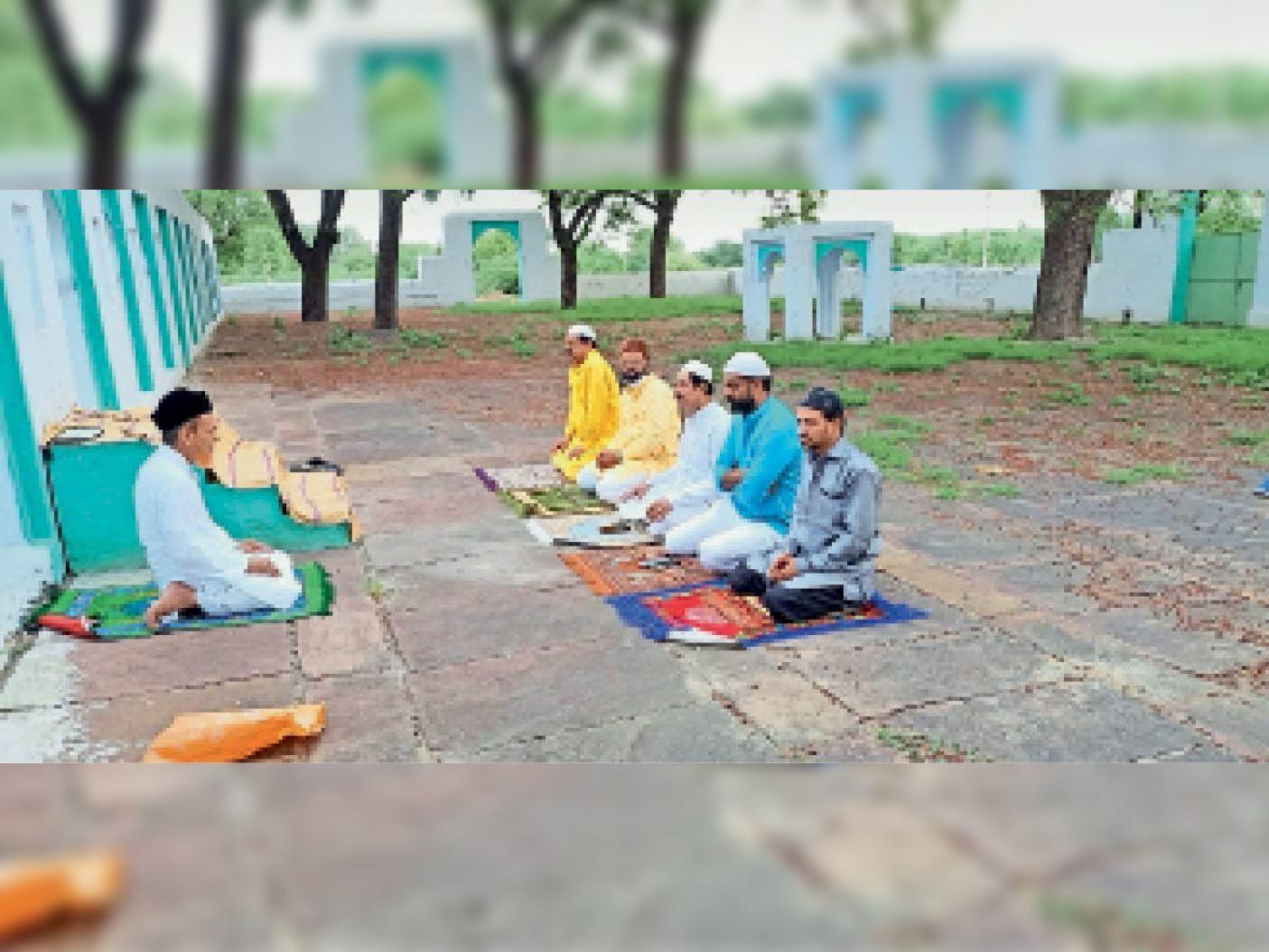 ईदुलअजहा का पर्व जिलेभर में उल्लास से मनाया गया। मुस्लिम समाज के लोगों ने कोरोना गाइडलाइन की पालना कर पांच लोगों के साथ ईद की नमाज अदा की। ईदगाह में नमाज अदा करते मुस्लिमजन। - Dainik Bhaskar