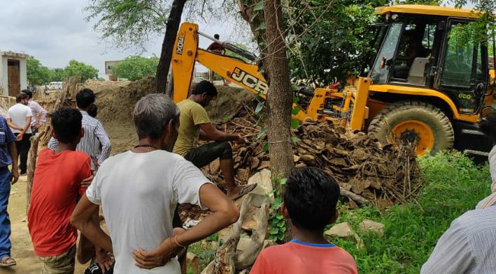 जींगनी गांव के तालाब के किनारे 10 विस्वा जमीन पर लोगों ने कर रखा था कब्जा, शासन ने जेसीबी की मदद से हटाया मुरैना,Morena - Dainik Bhaskar