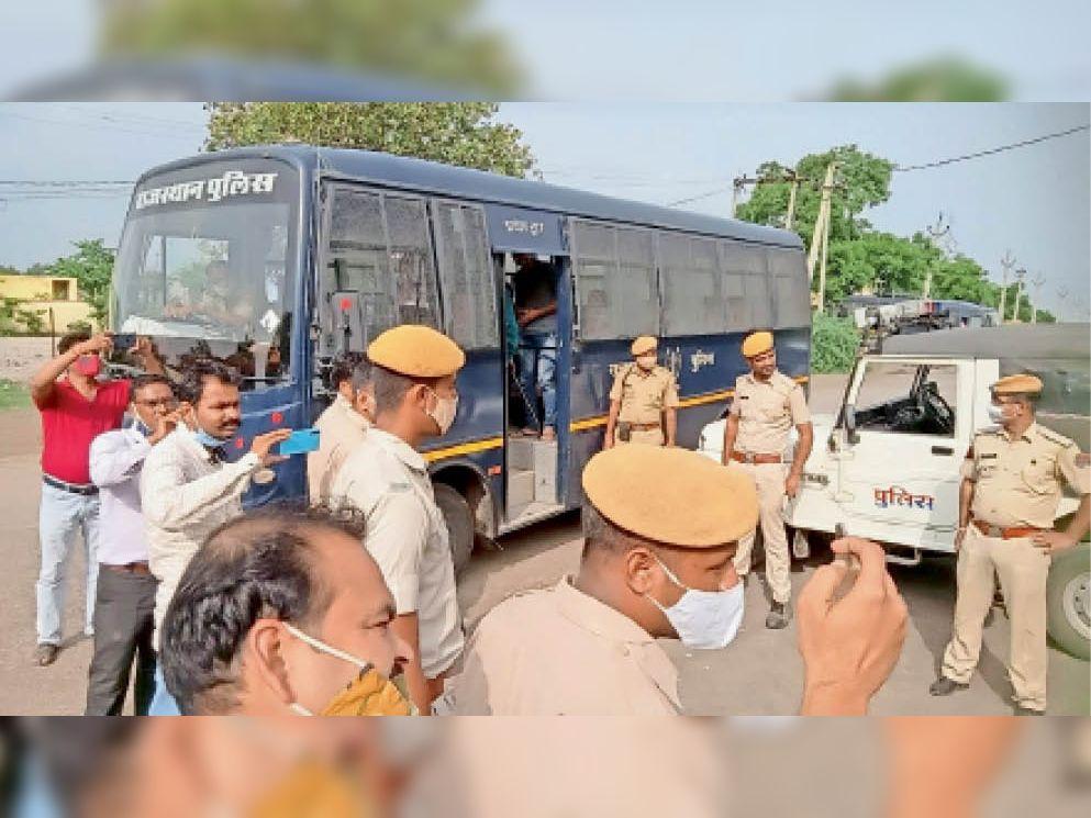 गंगधार में विवाद के बाद कस्बे में बुधवार को तैनात पुलिस जाब्ता। - Dainik Bhaskar