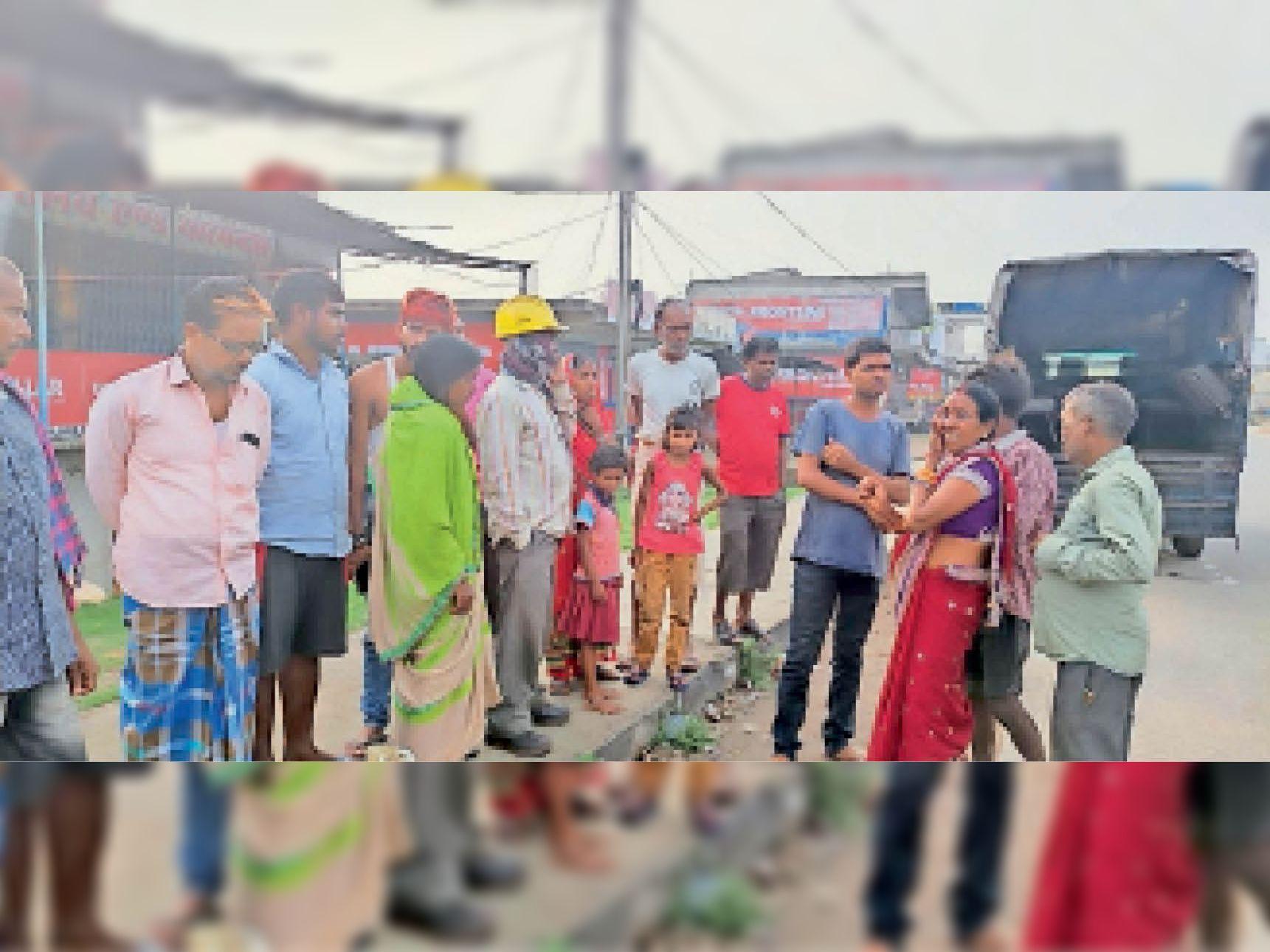 चितरपुर में जुटी लोगों की भीड़। - Dainik Bhaskar