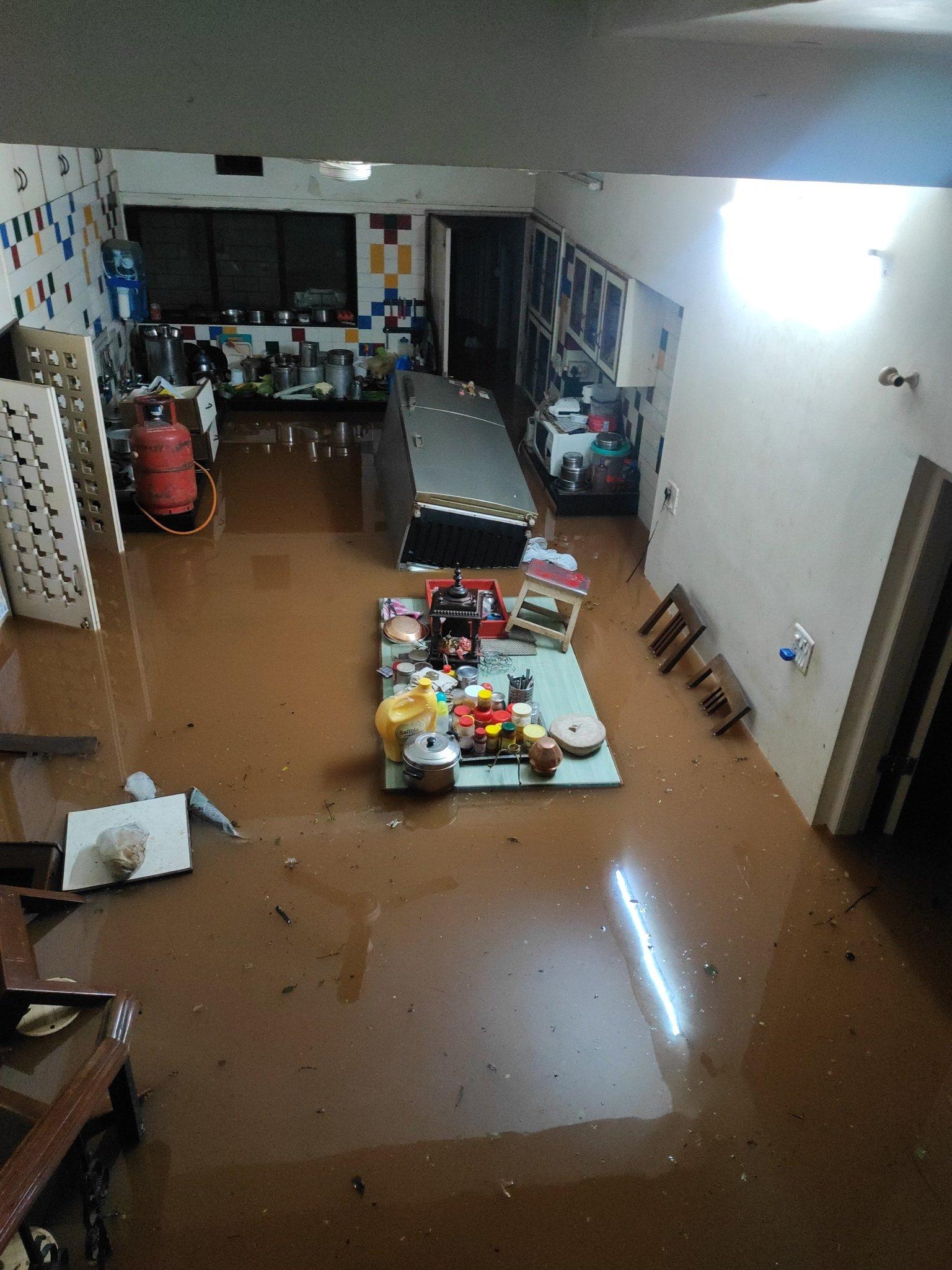 घरों में पानी घुसने से सामान भी तैरने लगे।