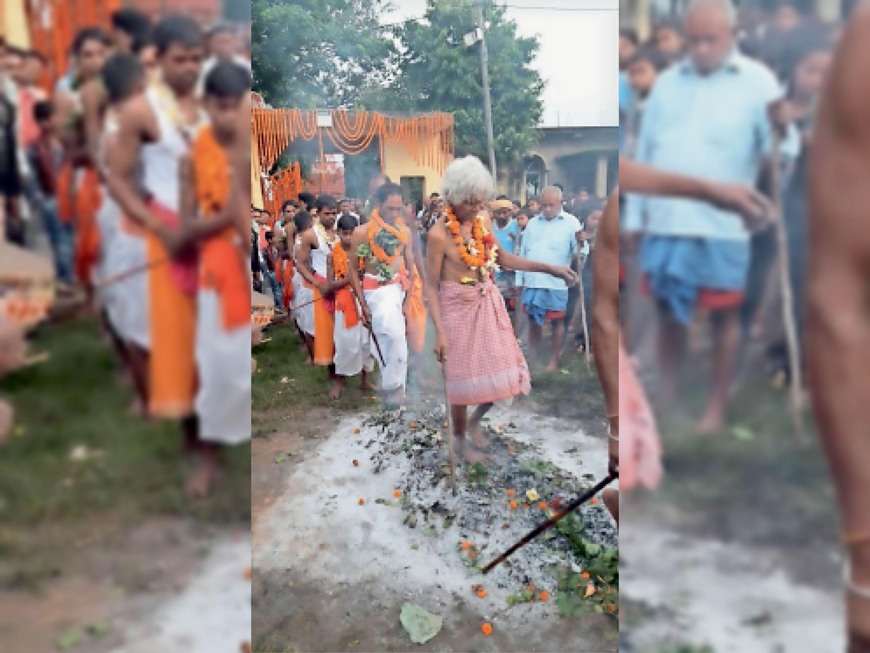 दहकते अंगारों पर नंगे पांव चलते शिवभक्त। - Dainik Bhaskar