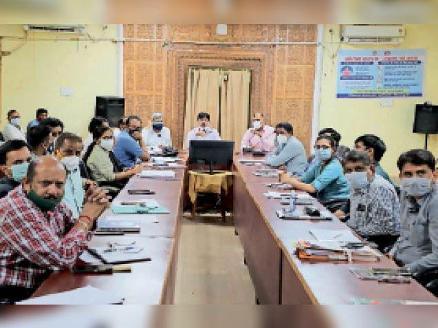 कलेक्टर अक्षय कुमार सिंह कलेक्ट्रेट में अफसरों के साथ बैठक लेते हुए। - Dainik Bhaskar