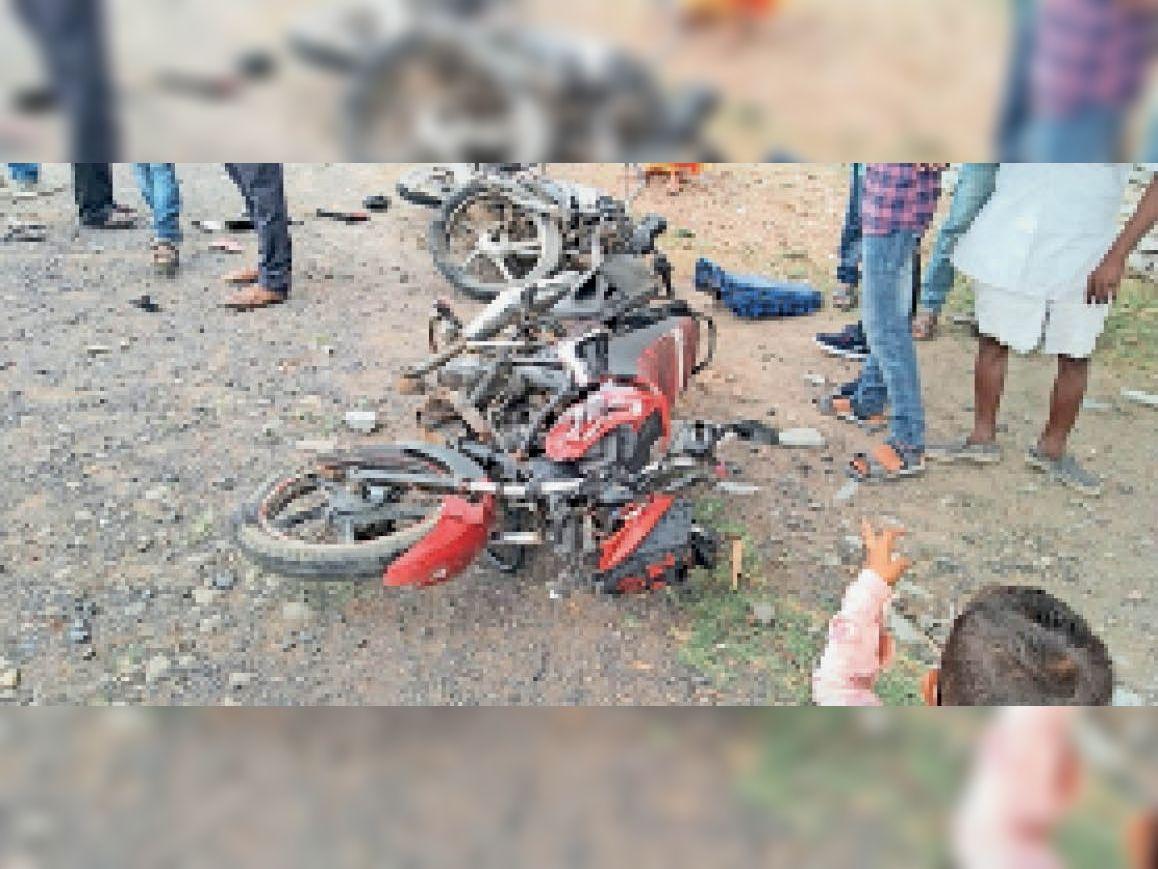 जरेल चौकी के पास बुधवार को दो बाइकों में भिड़ंत हो गई। - Dainik Bhaskar