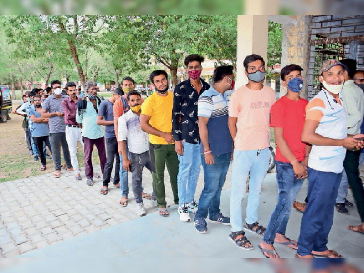 टीका लगवाने के लिए पीजी कॉलेज में लगी लाइन। - Dainik Bhaskar