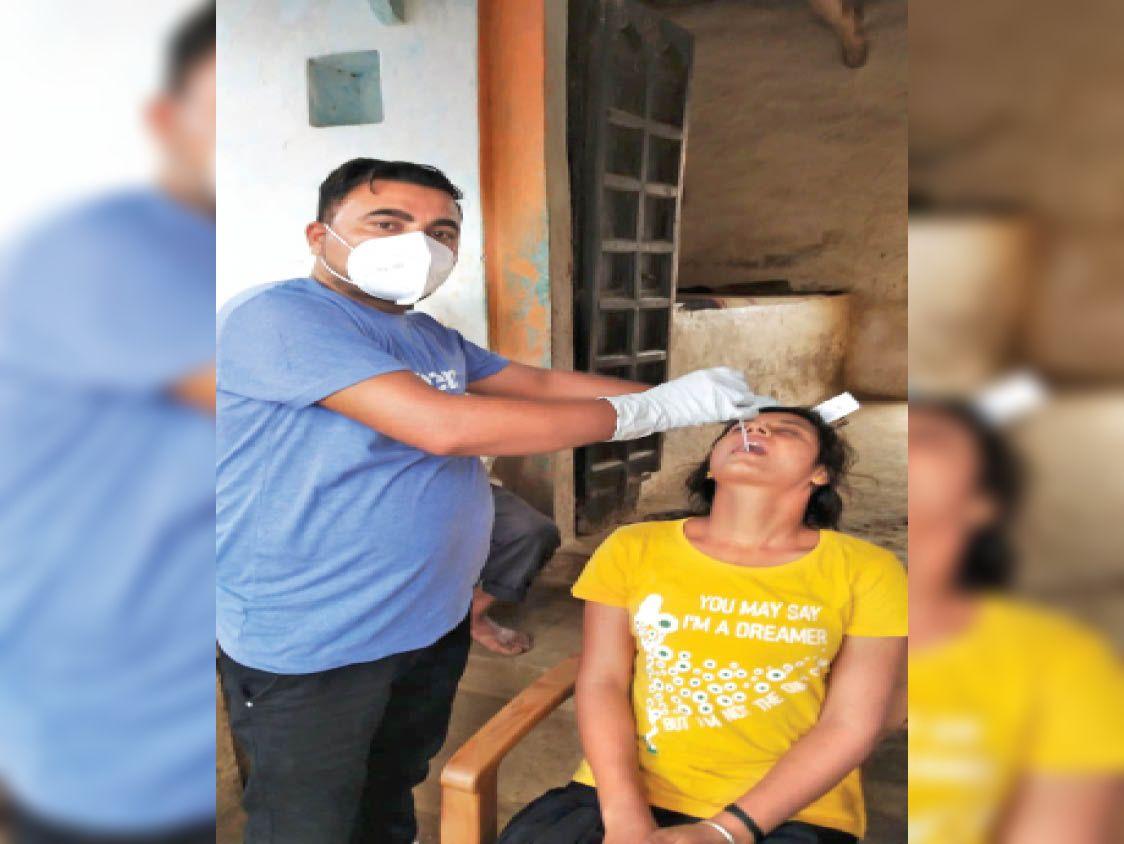 बदरवास के एजवारा में महिला की रिपोर्ट कोरोना पॉजिटिव आने पर संपर्क मंे आए लोगों का सैंपल लिए गए। - Dainik Bhaskar