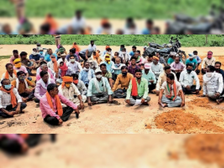 लो वोल्टेज और बिजली कटौती की समस्या को लेकर धरना देने पहुंचे डोंगरगढ़ क्षेत्र के किसान। - Dainik Bhaskar