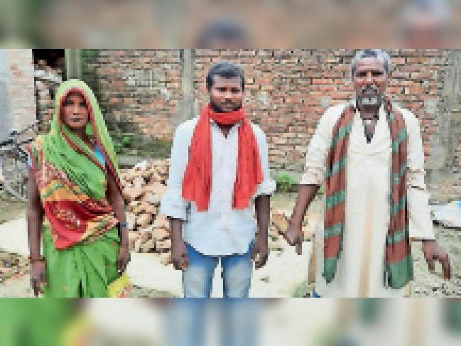 पीड़ित परिजन, जो न्याय के लिए दोनों थानों का चक्कर लगा रहे हैं। - Dainik Bhaskar