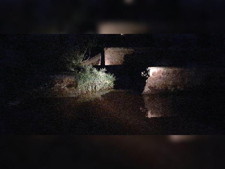 बुधवार की शाम एलकेवी नहर की टूटी हुई दीवार। - Dainik Bhaskar