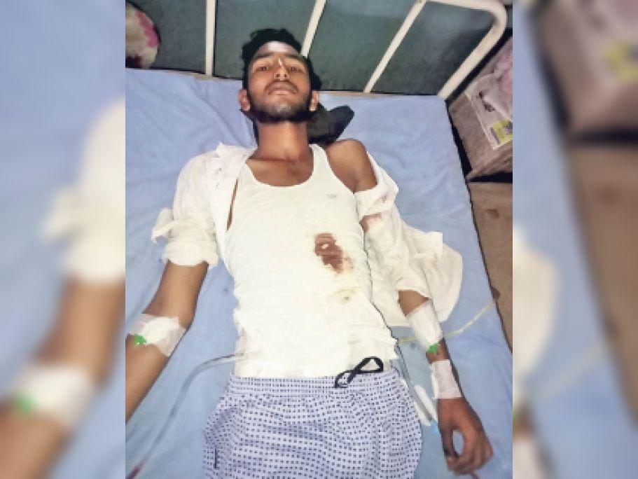घायल अयाज के ऑपरेशन के बाद कोटा एमबीएस अस्पताल में भर्ती। - Dainik Bhaskar