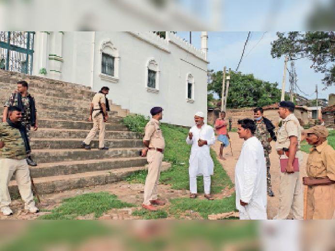 उरैन में मस्जिद के पास मुस्लिम समुदाय के लोगों से बातचीत करते थानायध्क्ष। - Dainik Bhaskar