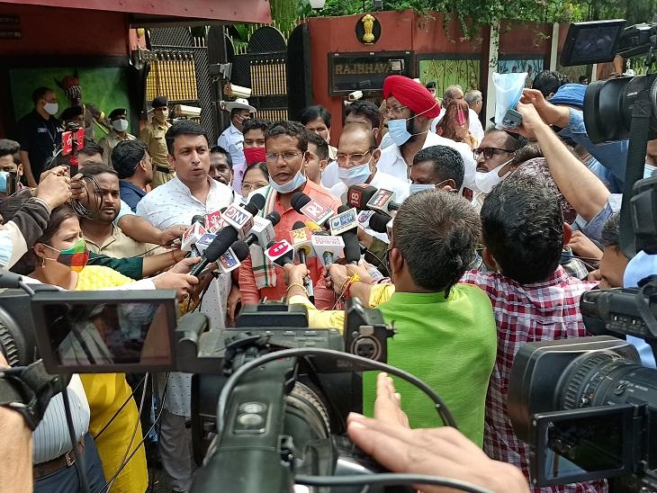 राजभवन के बाहर कांग्रेस के प्रदेश अध्यक्ष मोहन मरकाम ने प्रेस से चर्चा की।