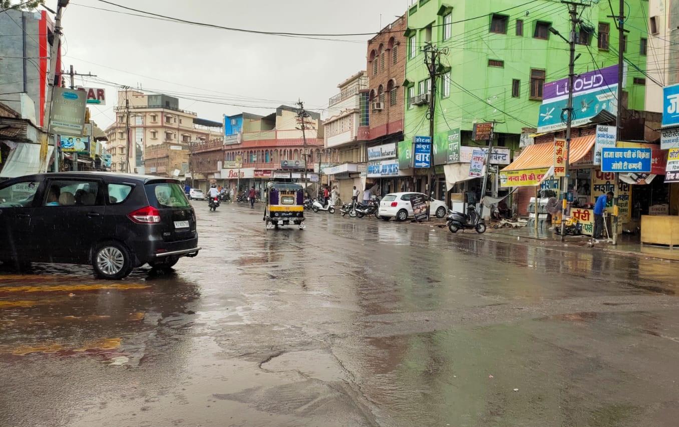 शहरी क्षेत्र में पहले तेज गर्मी और उमस, फिर जमकर बरसे बादल, गर्मी से मिली थोड़ी निजात|बीकानेर,Bikaner - Dainik Bhaskar