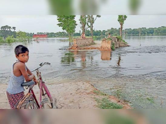 पारू के हीरापुर में बाया नदी के पानी से टूटी सड़क। - Dainik Bhaskar