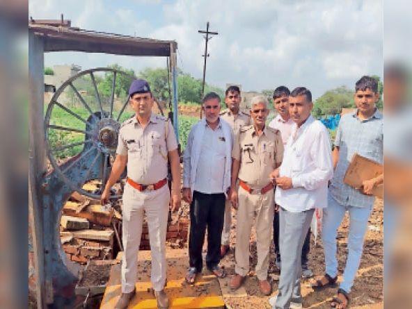 लोहारू. वन विभाग के अधिकारियों ने सिंघानी में 2 आरा मशीनों को सील कर दिया है। कार्रवाई करते आरएफओ ओपी पिलानियां व उनकी टीम। - Dainik Bhaskar