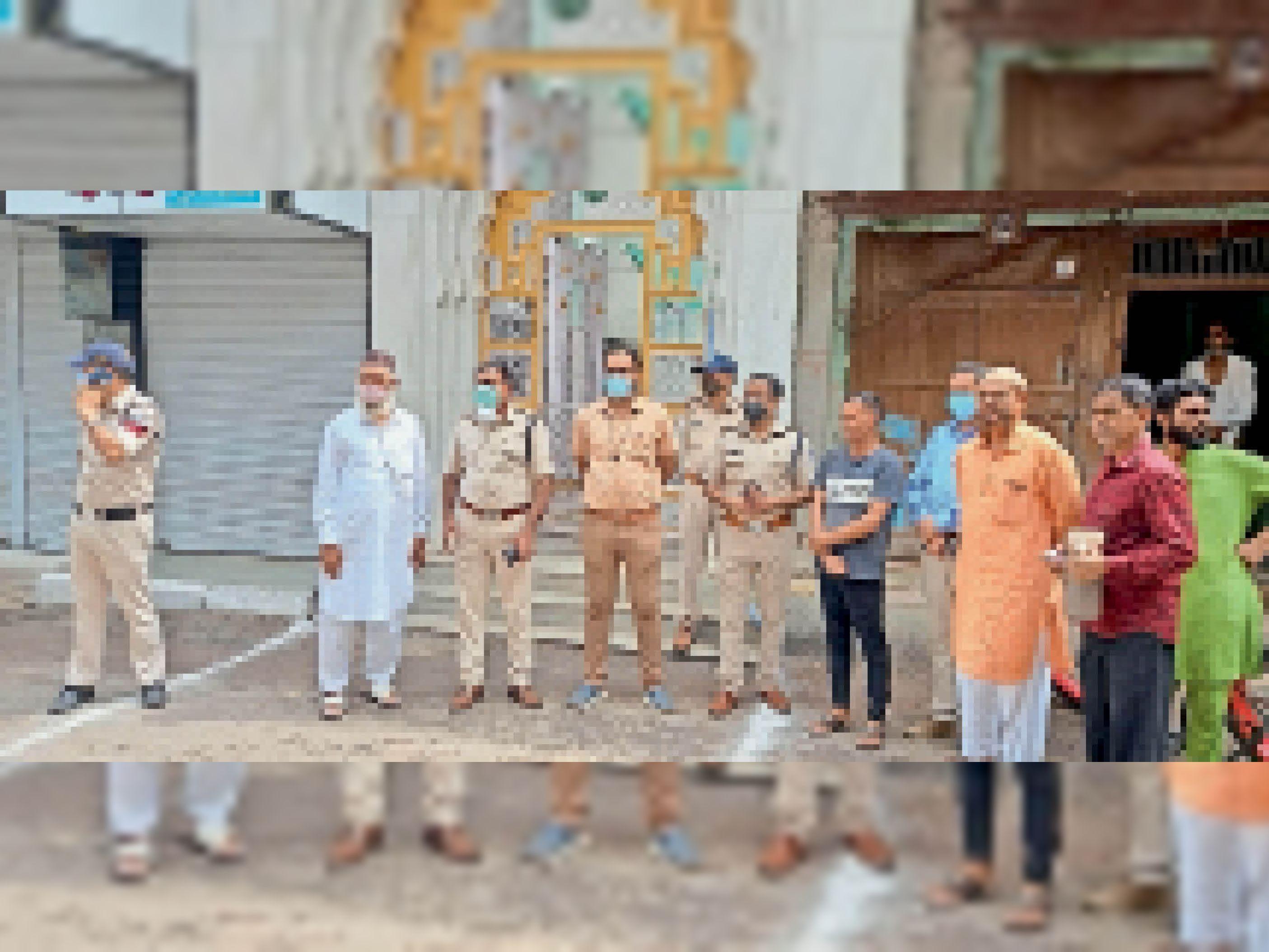 जामा मस्जिद के बाहर मौजूद प्रशासनिक अमला और समाजजन। - Dainik Bhaskar