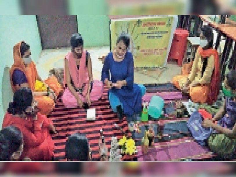 महिलाओं को बेकार चीजों से गुलदस्ते बनाने का दे रहे प्रशिक्षण। - Dainik Bhaskar