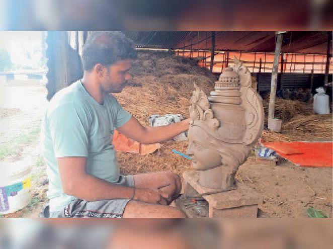 गुप्ता ग्राउंड में मूर्तिकारों ने बनाए शेड - Dainik Bhaskar