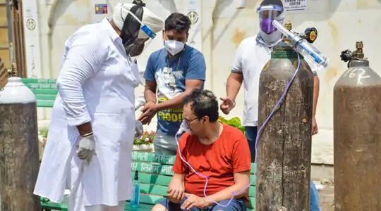 ऑक्सीजन के लिए मचे हाहाकार के बीच श्री गुरु सिंह सभा गुरुद्वारा ने खालसा हेल्प इंटरनेशनल के साथ मिलकर ऑक्सीजन लंगर शुरू किया था। ये तस्वीर 24 अप्रैल को गाजियाबाद के इंदिरापुरम इलाके की है।