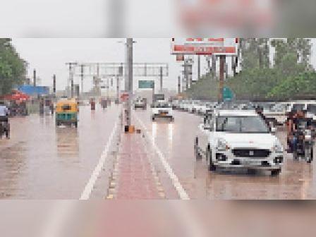 भरतपुर. सरकूलर रोड पर बारिश के बीच गुजरते वाहन। - Dainik Bhaskar