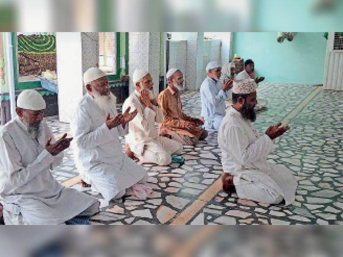 भरतपुर. मस्जिद में नमाज अता करते अकीदतमंद। - Dainik Bhaskar