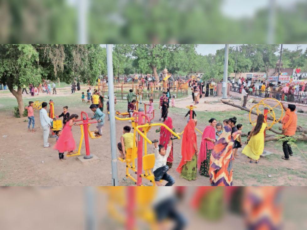 ईद पर शाम के समय पब्लिक पार्क में छुट्टी का आनंद लेती औरतें व बच्चे। - Dainik Bhaskar