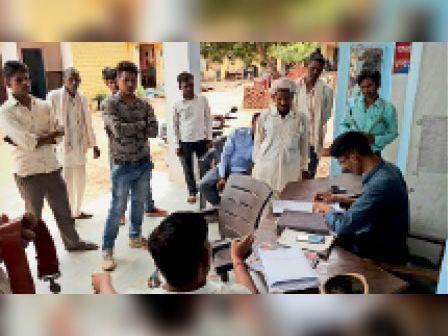 सैंपऊ. थाने पर रिपोर्ट लिखाते हुए पीहर पक्ष के लोग - Dainik Bhaskar