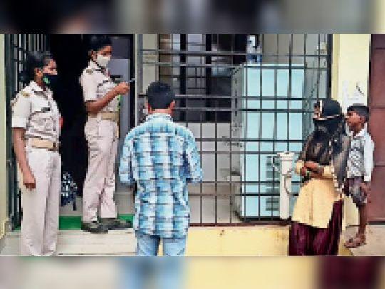 जवान पर आरोप-धर्म बदलकर शादी की, दहेज के लिए पत्नी को मारपीट कर घर से निकाला, अब जान से मारने की धमकी|गुमला,Gumla - Dainik Bhaskar