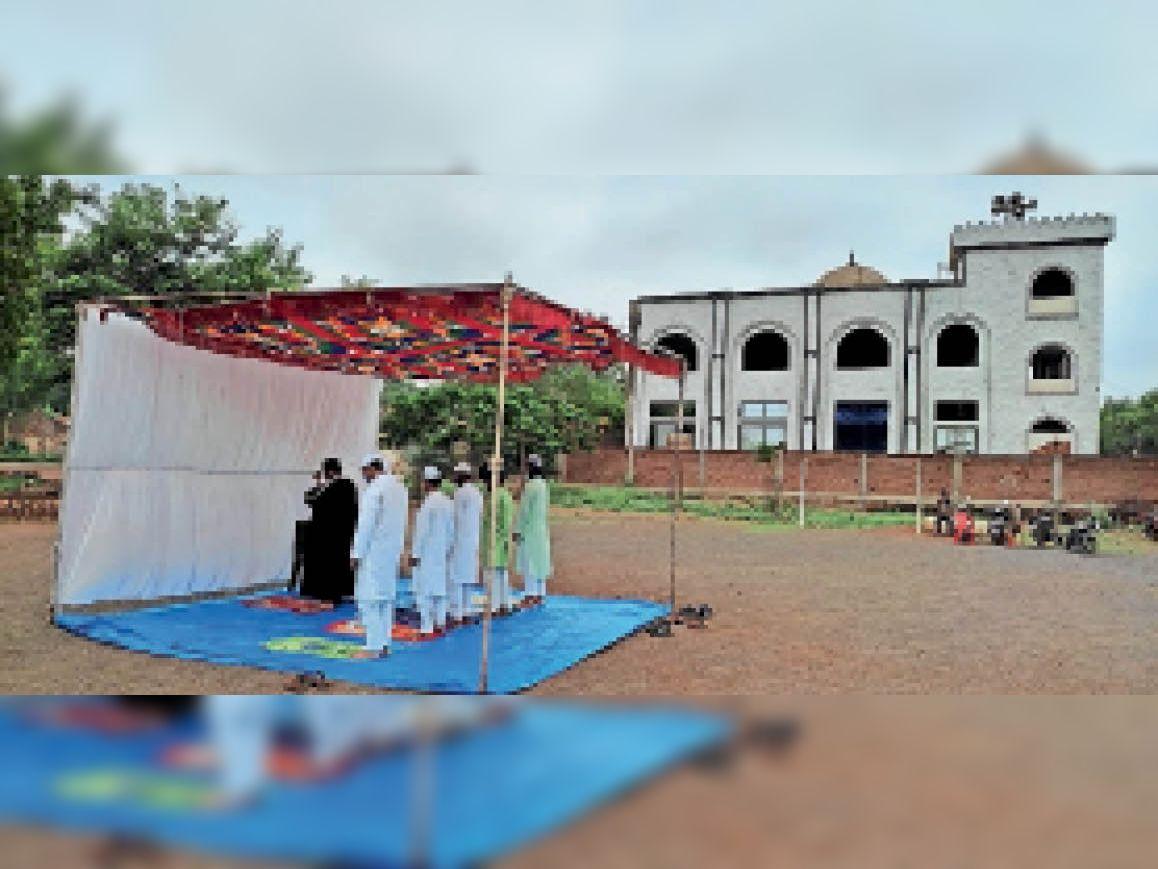 कैंट जामा मस्जिद के बहार टेंट में शहरकाजी ने ईद की नमाज कराई। - Dainik Bhaskar