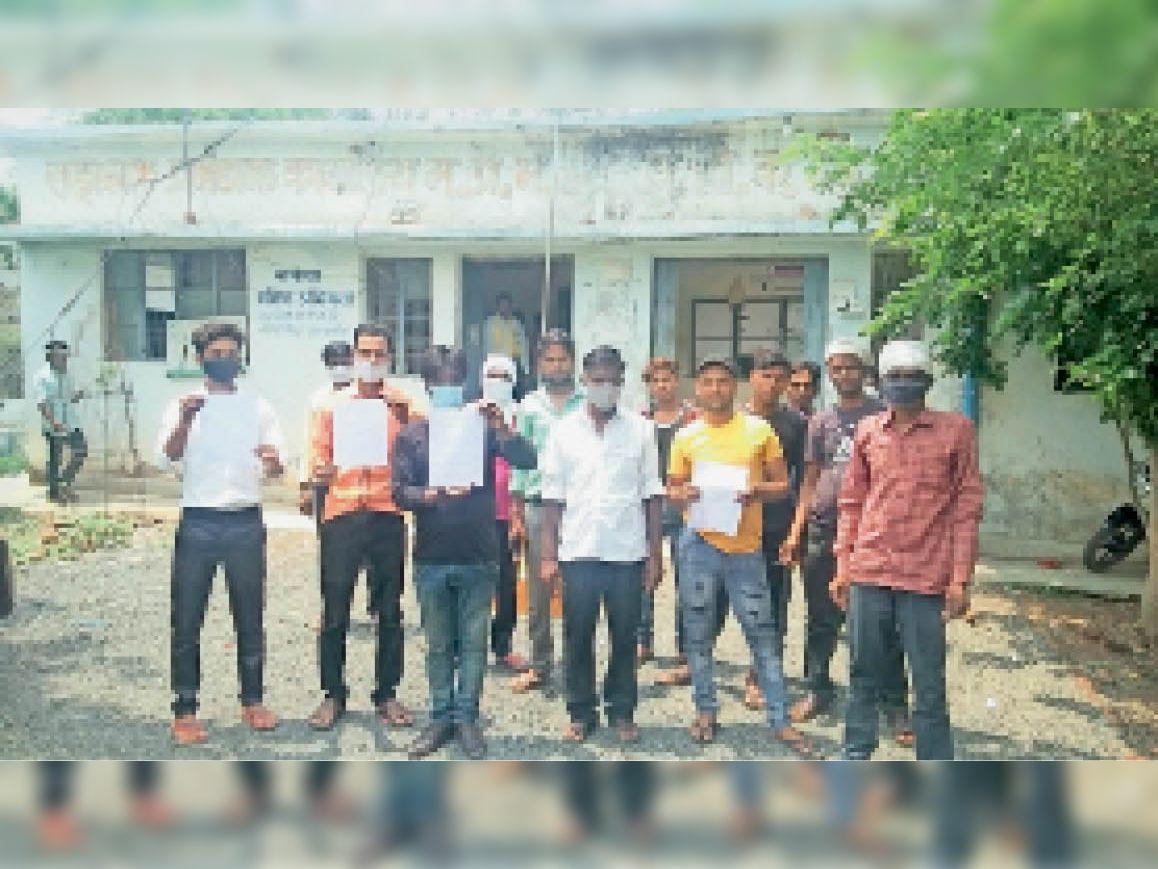 ग्राम पिपरौदा खुर्द के ग्रामीणों ने केबल सुधरवाने के लिए ज्ञापन दिया। - Dainik Bhaskar