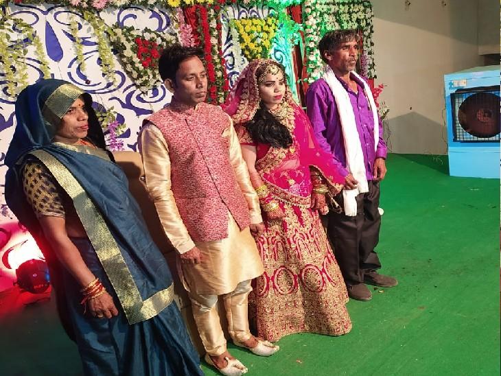 शादी के फोटो में आरोपी वीरेन्द्र और शशि स्टेज पर खड़े हुए