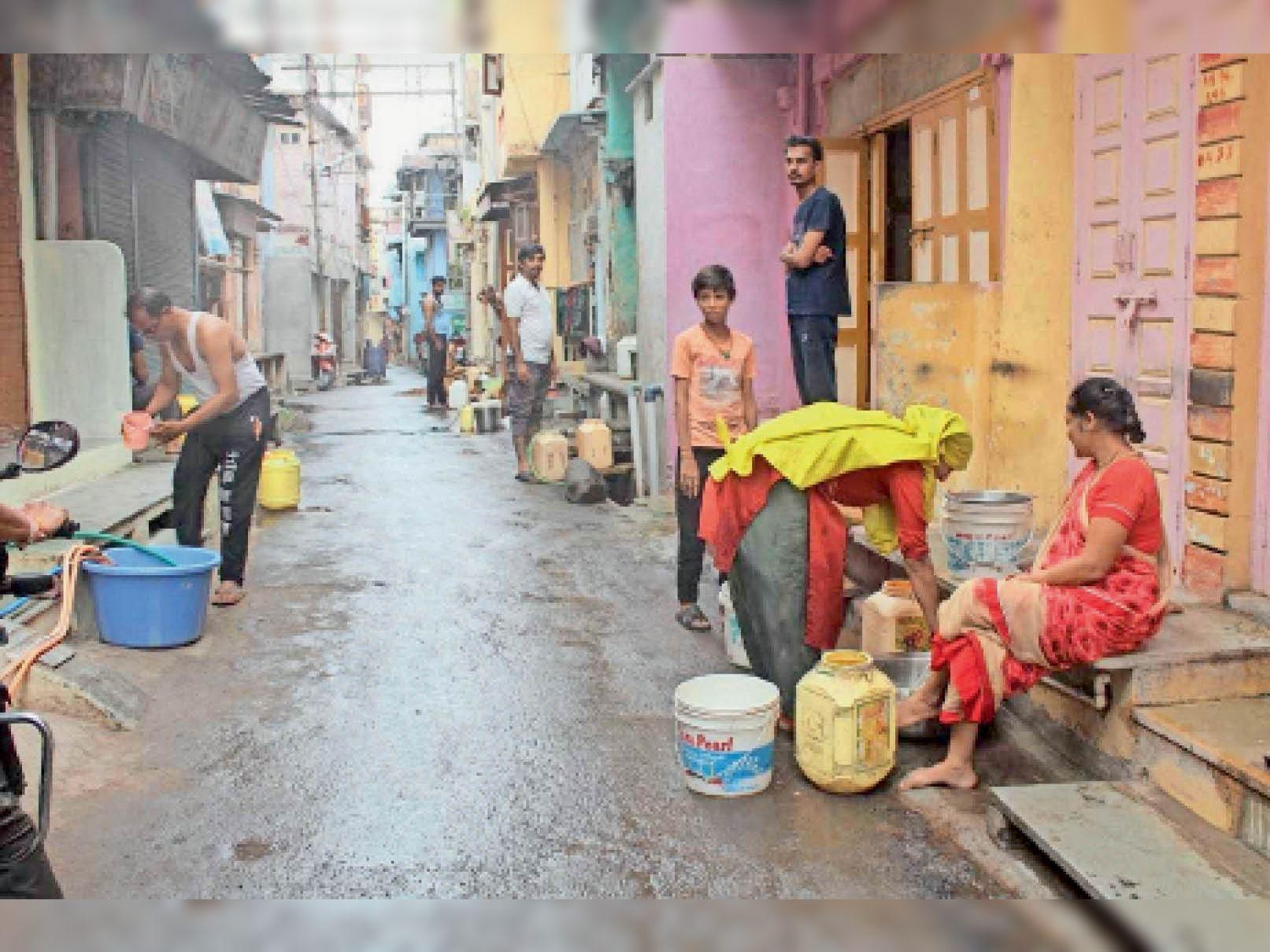 तीसरे दिन मिल रही पानी की एक-एक बूंद सहेजने के लिए जुटे रहवासी। - Dainik Bhaskar