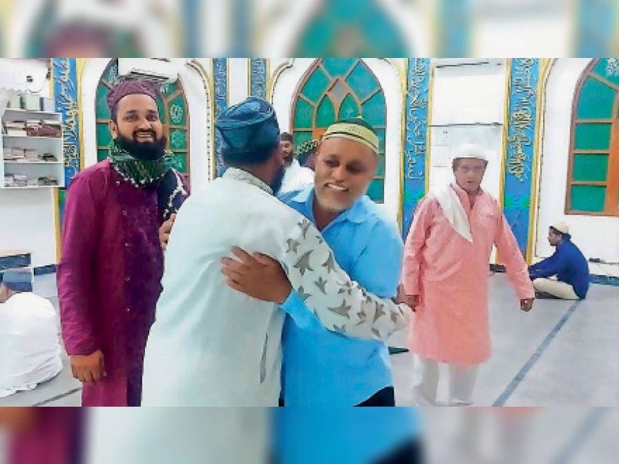 गले लगकर एक- दूसरे को बधाई देते समाजजन। - Dainik Bhaskar
