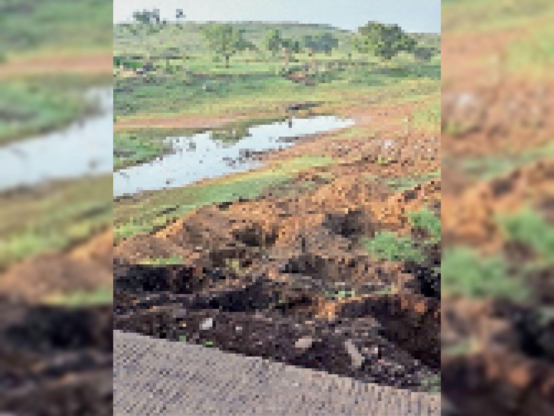 सरपंच द्वारा पट्टे जारी होने के बाद तालाब की जमीन पर शुरू किया अतिक्रमण। - Dainik Bhaskar