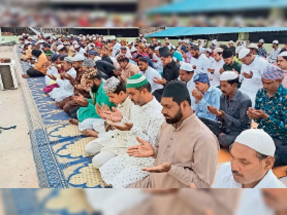 टैगोर मार्ग स्थित जामा मस्जिद में ईद की नमाज अता करते मुस्लिमजन। - Dainik Bhaskar