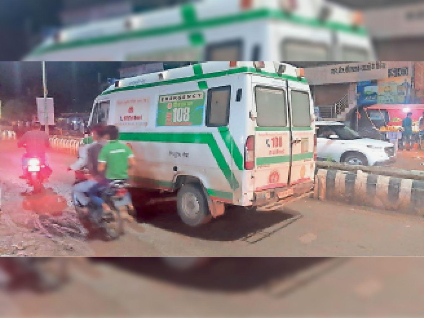 रात 9 बजकर 12 मिनट पर सड़क के गड्ढे में फंसा एंबुलेंस का पहिया। - Dainik Bhaskar