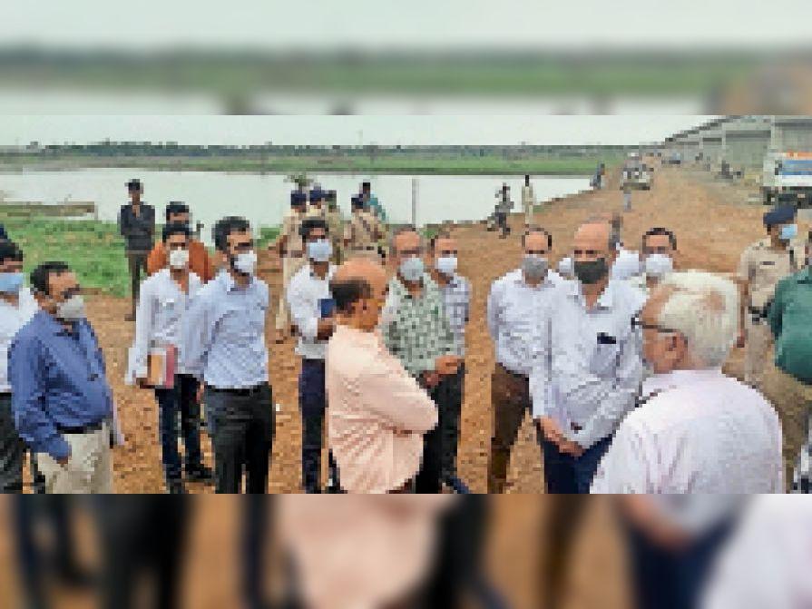 दूधी नदी पर निर्माणाधीन रेलवे पुल का अवलोकन करते हुए जीएम। - Dainik Bhaskar