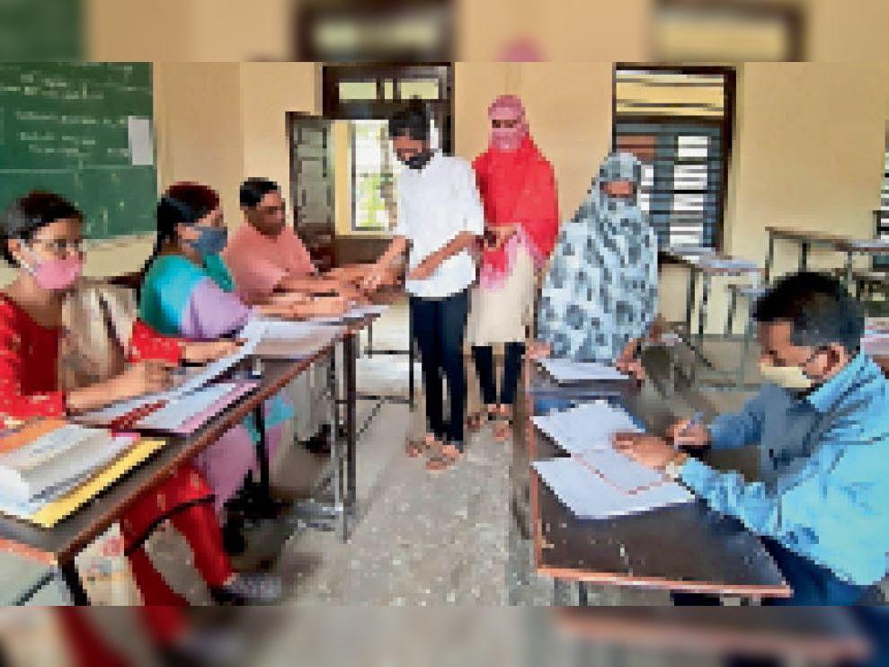 महाविद्यालय में उत्तरपुस्तिकाएं जमा करने पहुंच रहे हैं बीकाॅम प्रथम वर्ष के परीक्षार्थी। - Dainik Bhaskar
