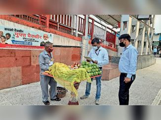 मंडल वाणिज्य प्रबंधक धीरज कुमार(दाएं) व अन्य। - Dainik Bhaskar