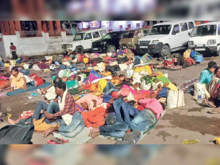डेहरी रेलवे स्टेशन के बाहर टैक्सी स्टैंड परिसर में यात्रा प्रारंभ करने से पहले सो रहे यात्री सुबह का इंतजार करते। - Dainik Bhaskar