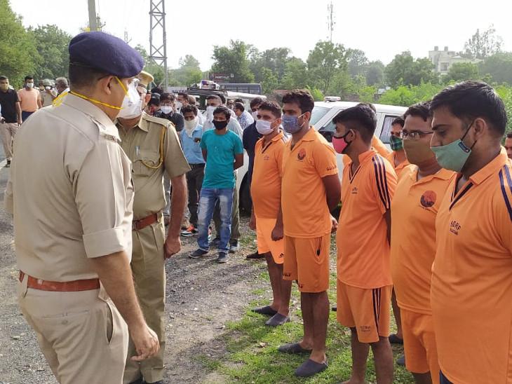 मौके पर पहुंची रेस्क्यू टीम को निर्देश देते अधिकारी। - Dainik Bhaskar