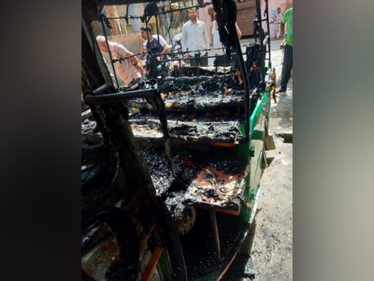 करनाल के जुंडला गेट इलाके में शरारती तत्वों के द्वारा तेल डालकर जलाया गया ऑटो रिक्शा। - Dainik Bhaskar