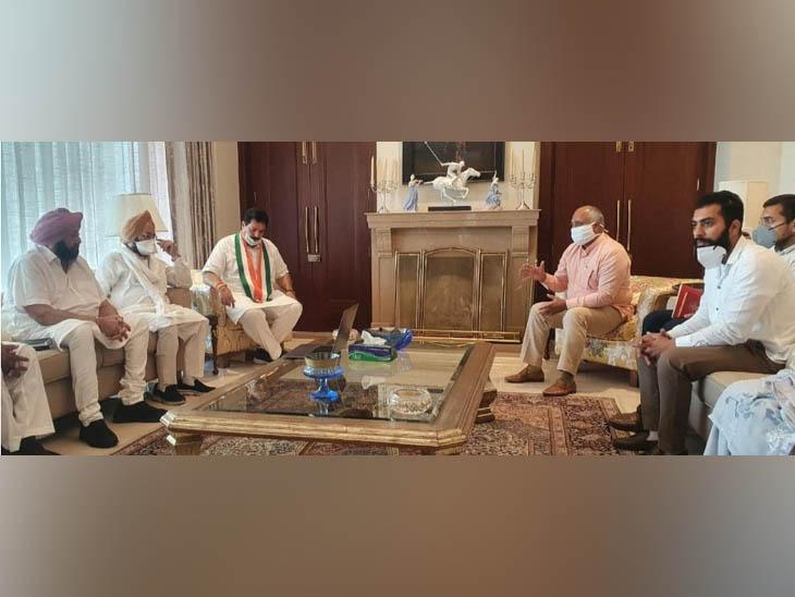 पटियाला में मेयर और कांग्रेस के दूसरे नेताओं के साथ मुलाकात में मुख्यमंत्री कैप्टन अमरिंदर सिंह। - Dainik Bhaskar