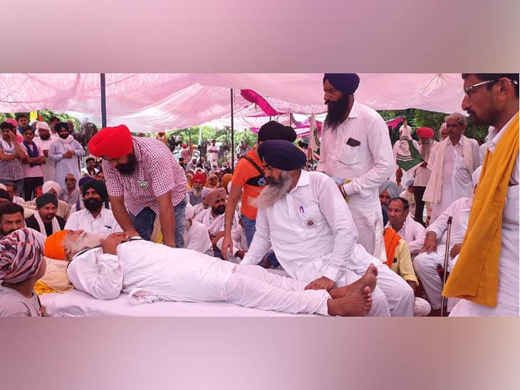 रिहाई के बाद अनशन पर चल रहे किसान नेता बलदेव सिंह सिरसा से मिलने पहुंचे जेल से रिहा आंदोलनकारी साथी।