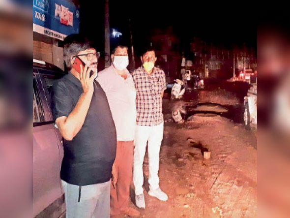 सरकुलर रोड पर बनी जलभराव के समाधान के लिए डीसी जयबीर सिंह बुधवार देर रात अधिकारियों के साथ शहर में निकले। उन्होंने जनस्वास्थ्य अभियांत्रिकी विभाग के अधिकारियों को फोन कर पानी की शीघ्र निकासी करवाने के निर्देश दिए। डीसी ने रोहतक गेट बावड़ी गेट, दादरी गेट, हनुमान गेट, रेलवे ओवरब्रिज के पास जलभराव की समस्या भी देखी। - Dainik Bhaskar