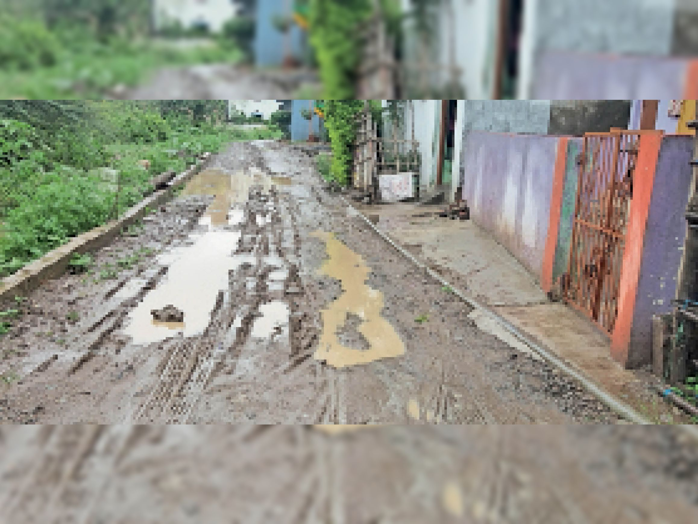 मुलताई। सड़क खुदाई होने से जगह-जगह पानी भी थमने लगा है। - Dainik Bhaskar