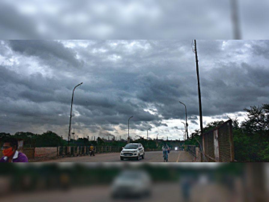 तस्वीर बुधवार की देर शाम की है, अचानक बादल छाए और बारिश हुई। - Dainik Bhaskar