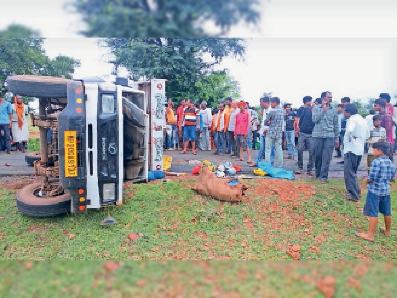 तेंदूखेड़ा  कोपादेवरी तिराहा पुलिया के पास पलटा पड़ा मालवाहक। - Dainik Bhaskar