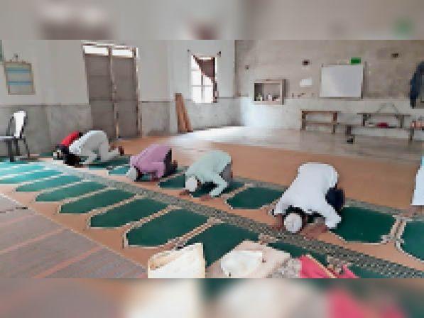 अंबाह में नमाज अदा करते मुस्लिम समाज के लोग। - Dainik Bhaskar